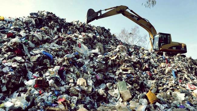 Cara pengolahan limbah plastik dengam memanfaatkannya menjadi produk baru yang bermanfaat. Salah satunya dalah dengan membuat kerajinan tangan dari plastik bekas.